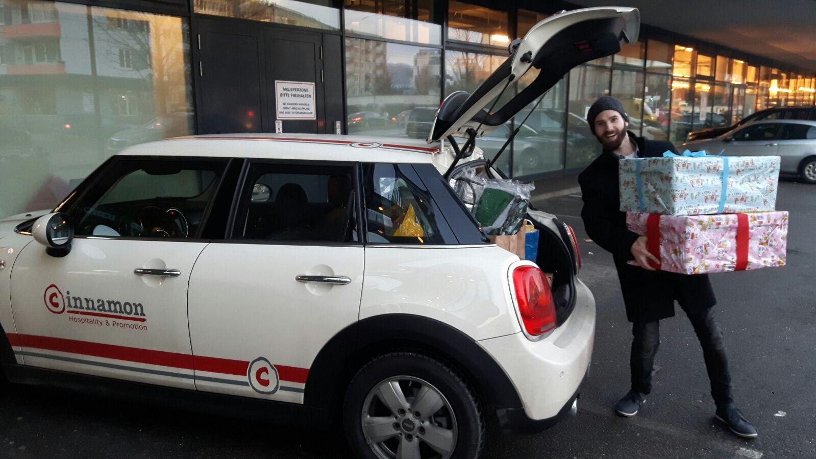 """Mister Salzburg 2016 - Rüdiger Hofer unterwegs mit dem cinni-Mini für die Aktion """"Fröhliche Weihnacht für Obdachlose"""""""